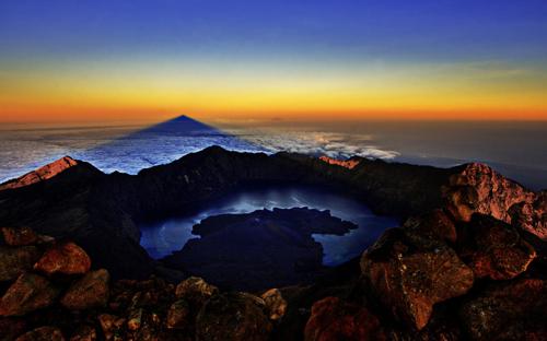 Gunung Rinjani Terletak di pulau Lombok, Untuk menuju Gunung Rinjani, anda dapat menggunakan bus langsung Jakarta-Mataram, setelah sampai di mataram anda menuju ke desa sembalun atau bisa juga ke desa senaru menggunakan kendaraan setempat.atau menggunakan penerbangan dari Jakarta, Surabaya, dan Denpasar menuju ke bandara selaparang mataram – Lombok.